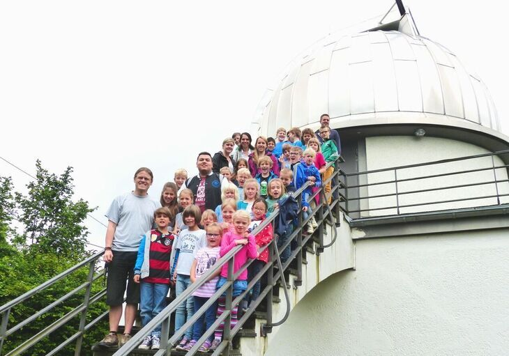 Children in front of Aachen Observatory